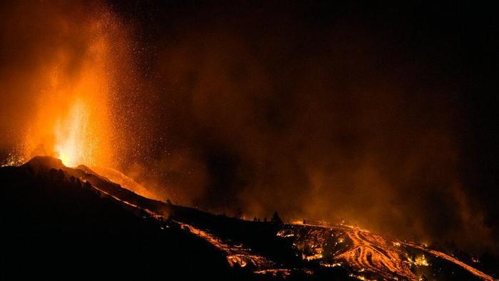 Gunung Cumbre Vieja di Pulau La Palma, Spanyol meletus, Senin (20/9/2021). Gunung aktif tersebut meletus usai sepekan sebelumnya menunjukan aktifitas seismik.