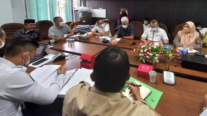 Hearing DPRD Pekanbaru dengan Dishub dan pengelola parkir terkait kebijakan parkir berbayar di minimarket.