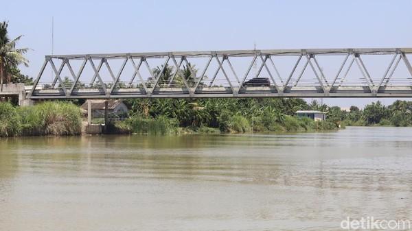Dalam setiap lawatannya, tak jarangPresiden Jokowimeninggalkan sesuatu.Di Kabupaten Bekasi misalnya, Jokowi meninggalkan sebuah jembatan yang oleh masyarakat sekitar dikenal sebagai Jembatan Jokowi. (Randy/detikTravel)
