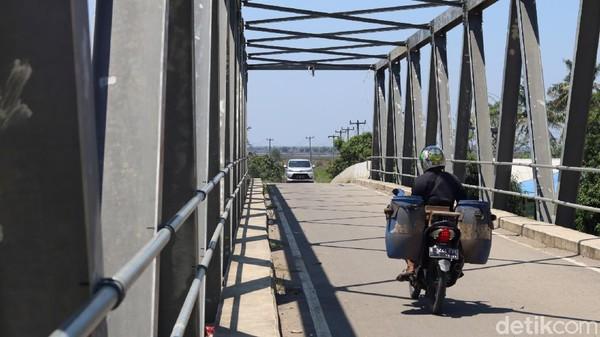 Sebelumnya, hanya tersedia jembatan gantung yang menjadi akses penghubung ke Desa Pantai Bahagai. Itu pun hanya bisa dilewati sepeda motor (Randy/detikTravel)