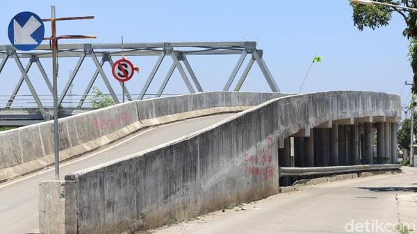 Berdasarkan penelurusan detikTravel, jembatan itu menghubungkan dua desa di Muara Gembong, yakni Desa Pantai Mekar dan Desa Pantai Bahagia yang terpisah oleh Kali Citarum. (Randy/detikTravel)