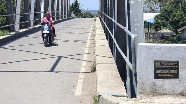 Jokowi menuturkan, jembatan itu ditujukan untuk mempermudah akses warga maupun untuk produksi udang di Desa Pantai Bahagia. Untuk diketahui, terdapat sekitar 11 ribu hektare lahan yang sebagian digunakan untuk lokasi tambak udang oleh warga sekitar. (Randy/detikTravel)