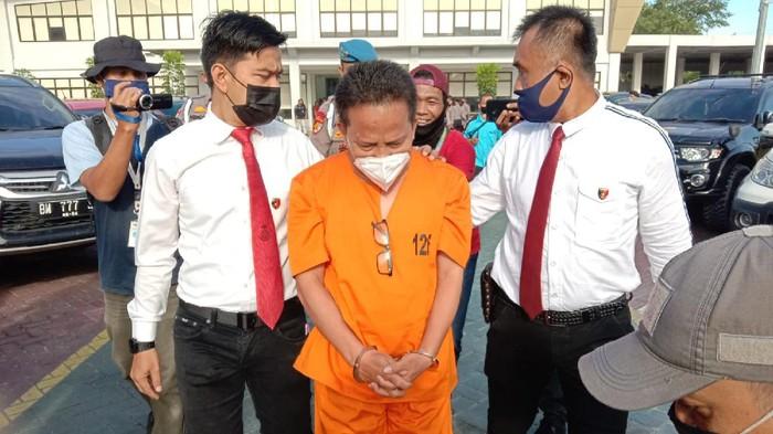 Kadis Kesehatan Kepulauan Meranti, Misri, ditahan polisi (Raja-detikcom)