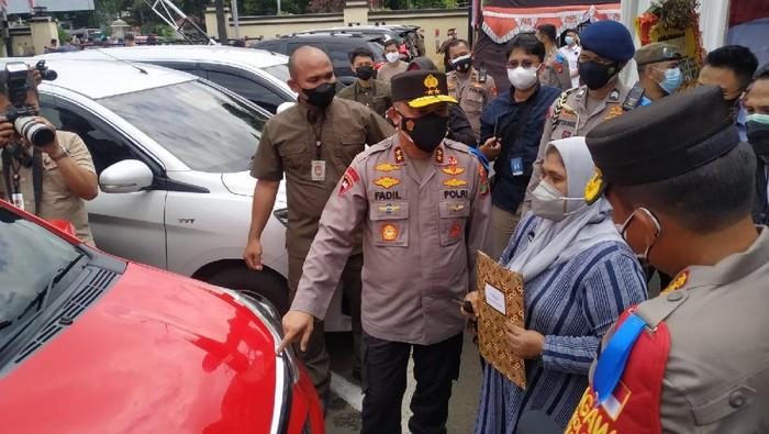Kapolda Metro Jaya Irjen Fadil Imran menyerahkan kembali 31 mobil sitaan dari pelaku kejahatan ke pemilik