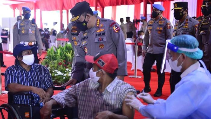 Kapolri Jenderal Listyo Sigit Prabowo meninjau acara vaksinasi massal Akpol 1997 di eks Gedung Mapolres Soetta