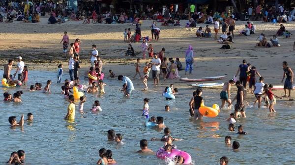 Kembali dibukanya objek wisata membuat warga ramai-ramai mendatangi area tersebut untuk berakhir pekan bersama keluarga. Seperti halnya Pantai Sanur di Denpasar, Bali, ini yang ramai didatangi wisatawan saat akhir pekan kemarin. (ANTARA FOTO/Nyoman Hendra Wibowo)