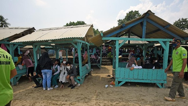 Kawasan Pantai Anyer, tepatnya Pantai Sembolo, Serang Banten, juga kembali ramai didatangi wisatawan pada akhir pekan kemarin. (ANTARA FOTO/Asep Fathulrahman)