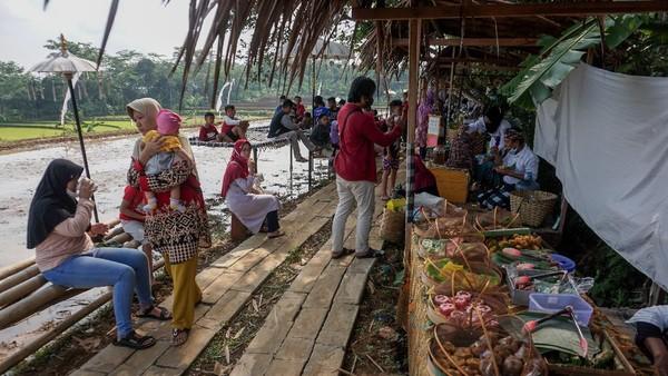 Wisata Kuliner Ubud Brayo yang menawarkan menu makanan khas Bali dan lokal dengan terdapat 17 lapak pedagang dari 24 UMKM Kabupaten Batang tersebut menjadi salah satu destinasi wisata kuliner favorit dengan pemandangan di tepi sawah. (ANTARA FOTO/Harviyan Perdana Putra)