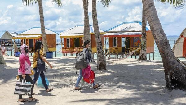 Sektor pariwisata di Kota Batam juga kembali bergeliat setelah sejumlah objek wisata dibuka untuk umum. Salah satu objek wisata yang jadi favorit warga adalah Pulau Mubud, Batam, Kepulauan Riau. (ANTARA FOTO/Teguh Prihatna)