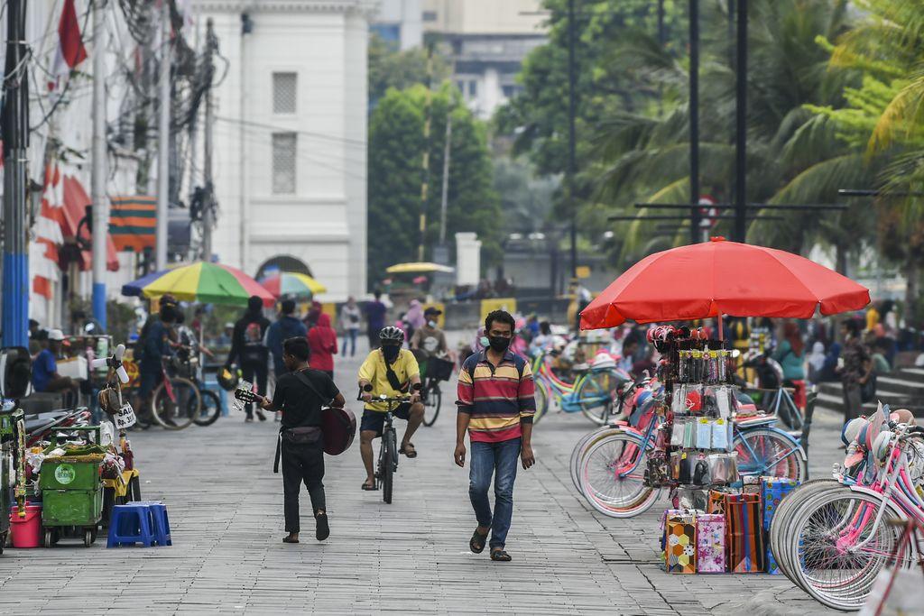 Warga melintas di kawasan Kota Tua, Jakarta, Minggu (19/9/2021). Pengelola Kawasan Wisata Kota Tua belum membuka Kawasan Kota Tua untuk tempat masyarakat berolahraga karena masih menunggu kode QR Code PeduliLindungi dari Pemerintah Provinsi DKI Jakarta. Sebelumnya, Pengelola kawasan Kota Tua mengizinkan warga untuk berolahraga pada Sabtu dan Minggu 18-19 September 2021 mulai pukul 06.00 WIB hingga pukul 10.00 WIB. ANTARA FOTO/Galih Pradipta/foc.