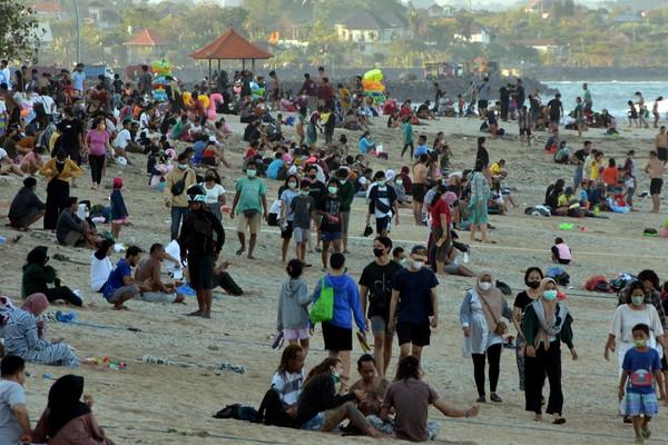 Wisatawan memadati area Pantai Sanur saat Pemberlakuan Pembatasan Kegiatan Masyarakat (PPKM) level 3 di Denpasar, Bali, Minggu (19/9/2021).