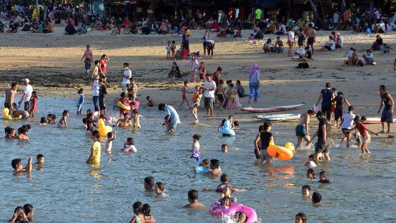 Wisatawan memadati area Pantai Sanur saat Pemberlakuan Pembatasan Kegiatan Masyarakat (PPKM) level 3 di Denpasar, Bali, Minggu (19/9/2021). Obyek wisata yang dicanangkan sebagai kawasan zona hijau bebas COVID-19 tersebut ramai dikunjungi wisatawan setelah PPKM level 4 diturunkan menjadi level 3. ANTARA FOTO/Nyoman Hendra Wibowo/wsj.