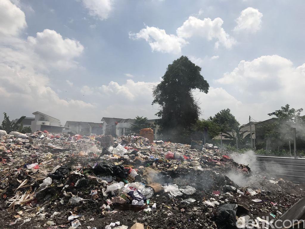 Lahan pembuangan dan pembakaran sampah di Pondok Betung, Pondok Aren, Tangerang Selatan, 20 September 2021. (Firda Cynthia/detikcom)
