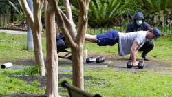 Lockdown di kawasan Australia diperpanjang hingga Oktober mendatang. Imbasnya, taman di Sydney pun jadi tempat nge-gym warga saat lockdown.