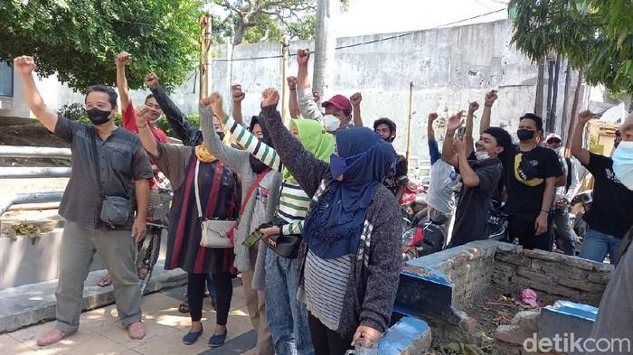 Massa demo tolak proyek Malioboro-nya Kota Tegal senilai Rp 9 miliar, Senin (20/9/2021).