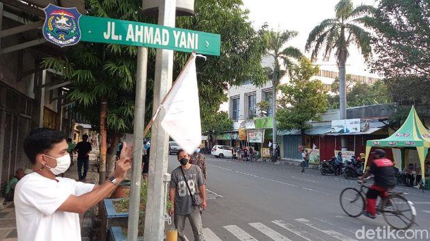 Massa demo tolak proyek 'Malioboro'-nya Kota Tegal senilai Rp 9 miliar, Senin (20/9/2021).