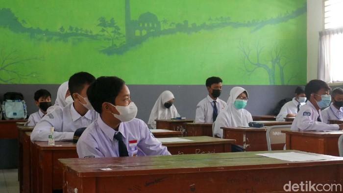 Pembelajaran Tatap Muka (PTM) mulai dilakukan di Siswa SMP Negeri 3 Ngamprah, Kabupaten Bandung Barat (KBB). Anak-anak tampak gembira bisa masuk sekolah lagi.