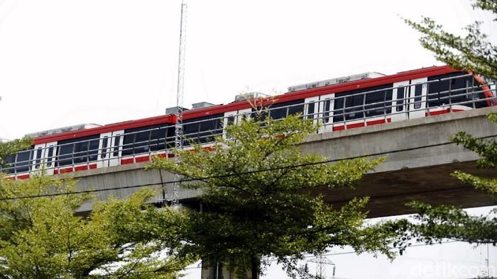 Pembangunan LRT Jabodebek menambah daftar transportasi publik yang ada di Ibu Kota. Rencananya, LRT Jabodebek bakal beroperasi pertengahan tahun depan.