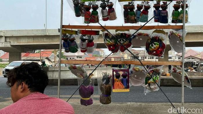 Miniatur ondel-ondel dijajakan di kolong jembatan Tol Becakayu, Jalan Kalimalang raya, Kota Bekasi. Ondel-ondel ini dibuat dari barang bekas.