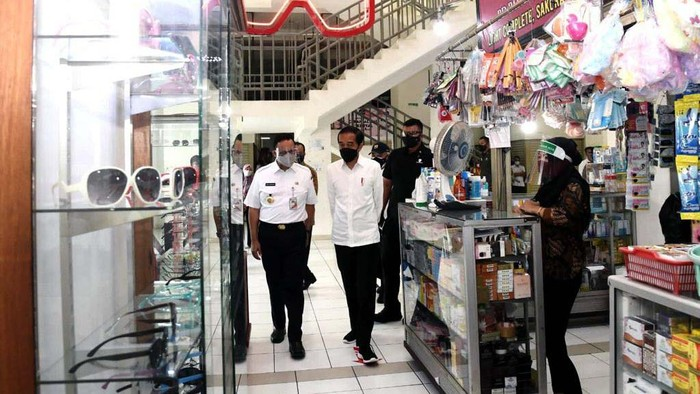 Presiden Jokowi hari ini meresmikan Rusun Pasar Rumput di Jakarta. Jokowi didampingi sejumlah pejabat, salah satunya Gubernur DKI Jakarta Anies Baswedan.