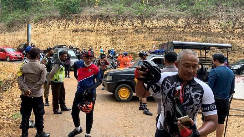 Rombongan gowes Wali Kota Malang Sutiaji yang maksa masuk kawasan pantai Malang selatan jadi sorotan. Pasalnya kawasan itu masih tutup imbas PPKM Level 3.