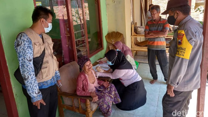 Nenek 102 tahun di Tegal mendapat vaksin COVID-19