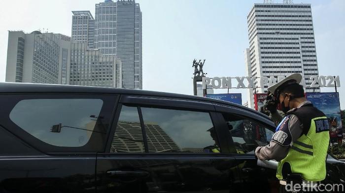 Polda Metro Jaya menggelar Operasi Patuh Jaya 2021. Sejumlah pengendara yang melanggara aturan di Bundaran HI, Jakarta, ditilang.