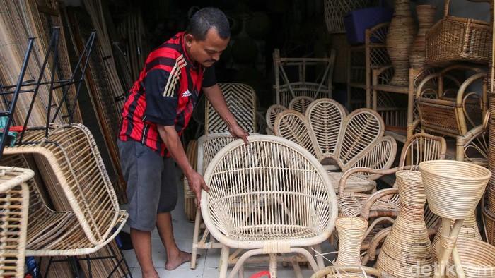 Perajin rotan ini terdampak pandemi COVID-19. Pedagang yang berjualan kerajinan rotan di Pasar Minggu, Jakarta, mengaku omsetnya turun hingga 75%.