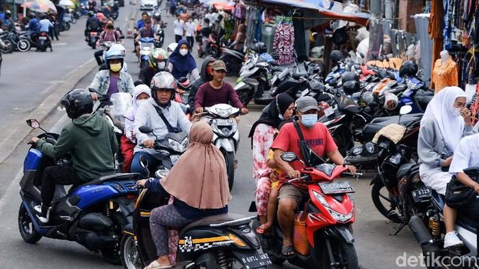 Pemotor melawan arus masih saja terjadi di sekitar Pasar Ciputat, Tangerang Selatan. Aksi ini membahayakan pengendara lain yang melintas.
