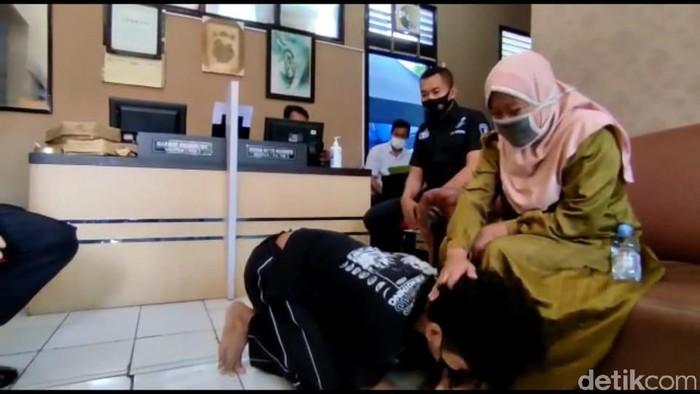 Pemuda asal Solo bersujud di kaki ibunya.  Pemuda berinisial MH (19) tega memukuli dan meludahi ibunya gegara tidak diberi uang rokok.
