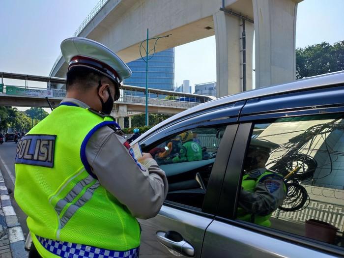 Pengemudi mobil diberi tilang gara-gara melanggar ganjil genap di Jalan HR Rasuna Said (Nahda-detikcom)