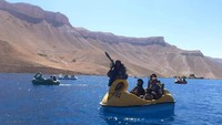 Beredar Foto Taliban Naik Perahu Bebek Sambil Tenteng Senapan