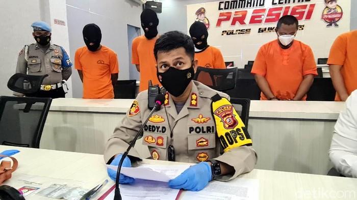 Polisi membekuk pelaku Illegal logging atau penebangan liar. Mereka beraksi di Perhutani Resort Pemangkuan Hutan (RPH) Cimahpar, Kabupaten Sukabumi.
