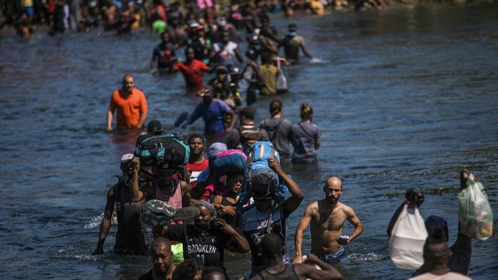 Ribuan warga Haiti tinggalkan negara asal untuk menuju AS. Demi bisa tiba di sana, mereka ramai-ramai menyeberangi sungai di perbatasan Meksiko-AS. Ini fotonya.
