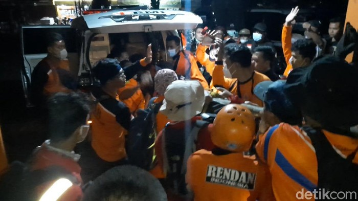 Relawan mengevakuasi pendaki tewas di jalur Cemoro Kandang Gunung Lawu, Tawangmangu, Karanganyar, Senin (21/9/2021).