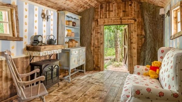 Rumah pohon Winnie the Pooh disewakan untuk tanggal 24 dan 25 September dengan harga sekitar USD 130 per malam. Ulasan Airbnb akan digunakan dalam mempertimbangkan penyewa untuk setiap malam.