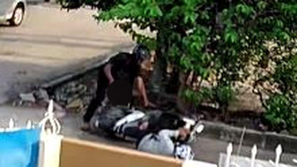 Ngeri! Warga Tiba-tiba Dibacok Orang Berhelm Hitam di Jalanan Palembang