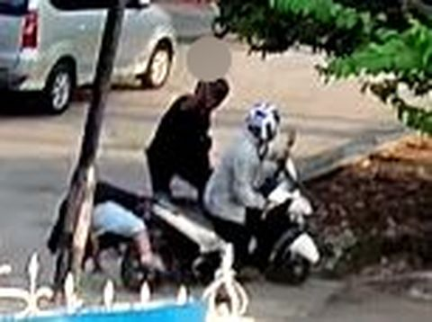 Screenshot rekaman CCTV pembacokan di Palembang (dok. Istimewa)