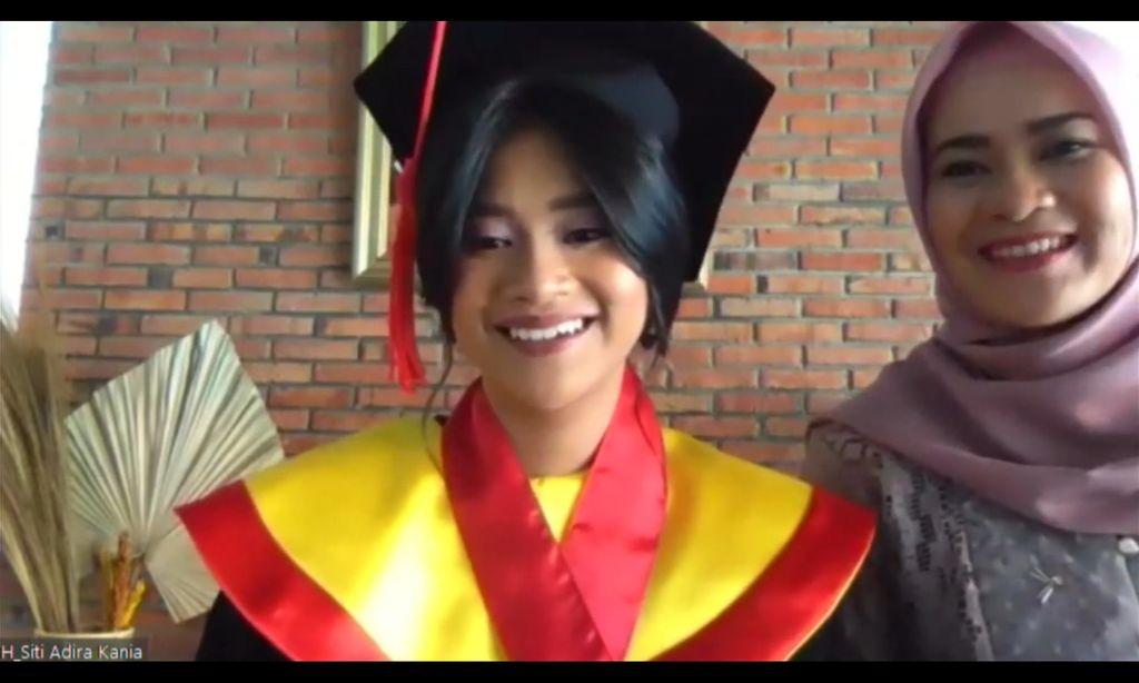 Siti Adira Kania, Putri Ikke Nurjanah lulus dengan predikat Cumlaude pada Wisuda UI Program Sarjana dan Vokasi semester genap 2021.