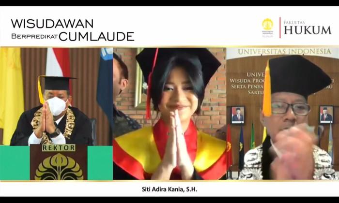 Siti Adira Kania, Putri Ikke Nurjanah peraih IPK tertinggi di FHUI pada Wisuda UI Program Sarjana dan Vokasi semester genap 2021.