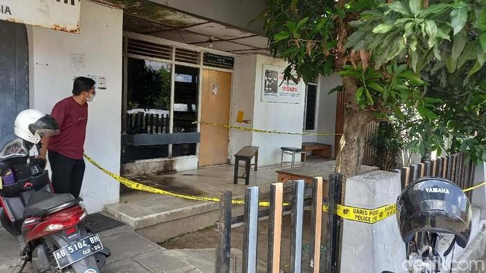 Garis polisi tampak terpasang di Kantor LBH Yogyakarta. Kamtor ini belum menerima pengaduan masyarakat usai diteror molotov dua hari lalu.