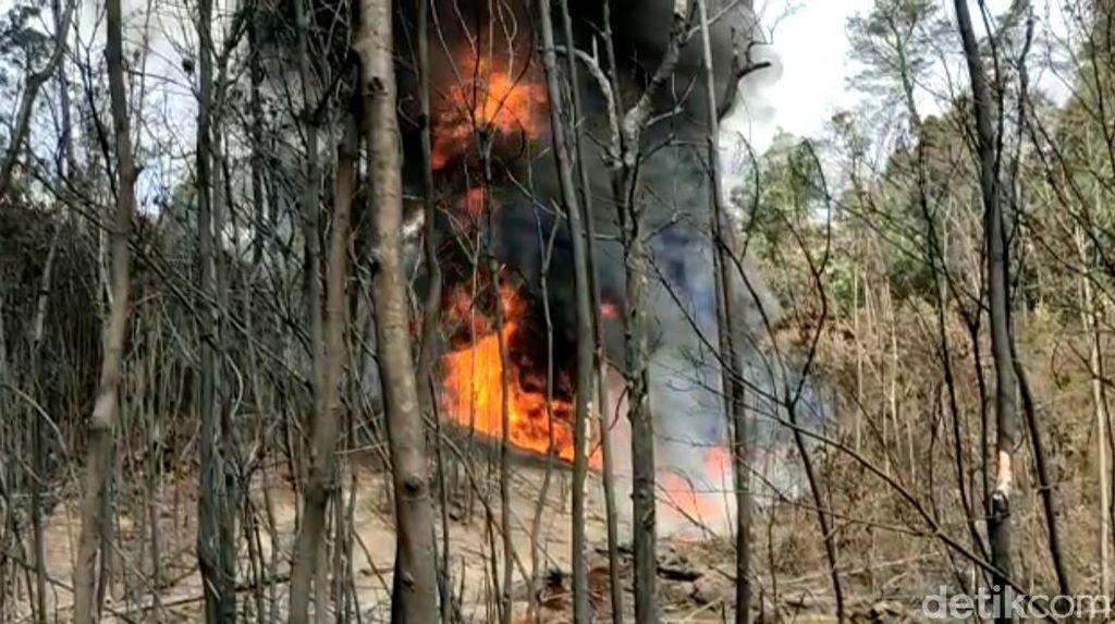 Penampakan Kobaran Api Sumur Minyak Ilegal di Jambi