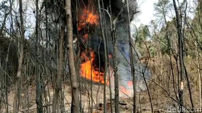 Sumur minyak ilegal di Kabupaten Batanghari, Jambi, terbakar. Kobaran api memicu terjadinya karhutla. Seorang oknum polisi diamankan karena diduga terlibat. (dok Istimewa)