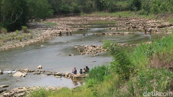 Salah satu pengunjung, Wira (30) mengaku sudah sering datang ke sungai Oya hutan Bunder bersama keluarganya saat akhir pekan. Menurutnya, dia mulai sering mengunjungi sungai tersebut saat pandemi COVID-19. (Pradito Rida Pertana/detikTravel)