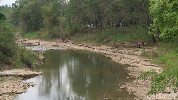 Sungai Oya memang menyuguhkan pemandangan alam yang memanjakan mata dan suasananya masih asri serta teduh. Terlebih, untuk menikmati suasana sungai Oya ini tidak dikenakan biaya khusus. (Pradito Rida Pertana/detikTravel)