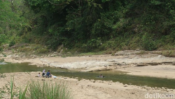 Sungai Oya mulai ramai setelah setahun pandemi COVID-19. Menurutnya, sungai Oya semakin ramai saat weekend khususnya selama PPKM. Warga berharap pemerintah segera menurunkan level PPKM dan membuka tempat wisata. (Pradito Rida Pertana/detikTravel)