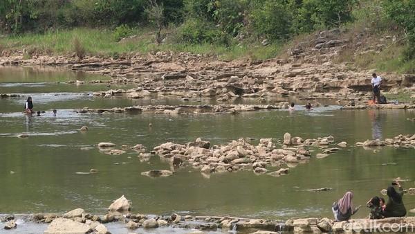 Tampak beberapa orang pengunjung tengah bersantai sembari menikmati makanan dan minuman dengan pemandangan sungai Oya yang cukup jernih. Di sekitar lokasi memang ada pedagang makanan dan minuman. (Pradito Rida Pertana/detikTravel)