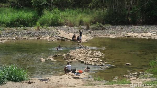 Karena masih banyak obyek wisata yang ditutup saat PPKM Level 3, masyarakat Gunungkidul memilih berwisata di sungai Oya yang berada di Kapanewon Playen, Kabupaten Gunungkidul. (Pradito Rida Pertana/detikTravel)