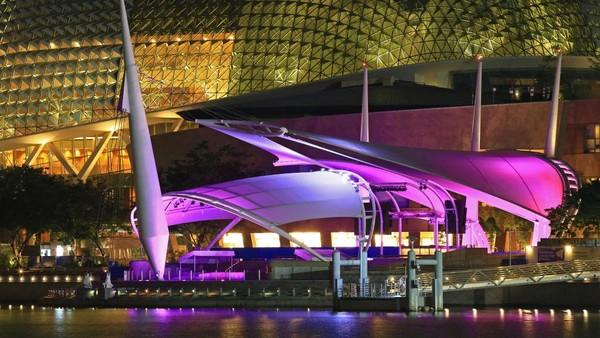 Meski tengah berjuang mengatasi lonjakan kasus COVID-19, pesona Singapura di malam hari tak pudar. Kecantikannya terlihat saat lampu berwarna-warni menghiasi bangunan-bangunan di Negeri Singa.