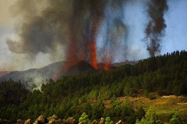 Sementara itu Perdana Menteri Spanyol Pedro Sanchez mengecek langsung kondisi masyarakat di La Palma pada hari Minggu. Ia melihat sendiri betapa lava menghancurkan semuanya. Ia juga memerintahkan militer dan garda sipil untuk membantu penduduk. Foto: AP Photo/Jonathan Rodriguez